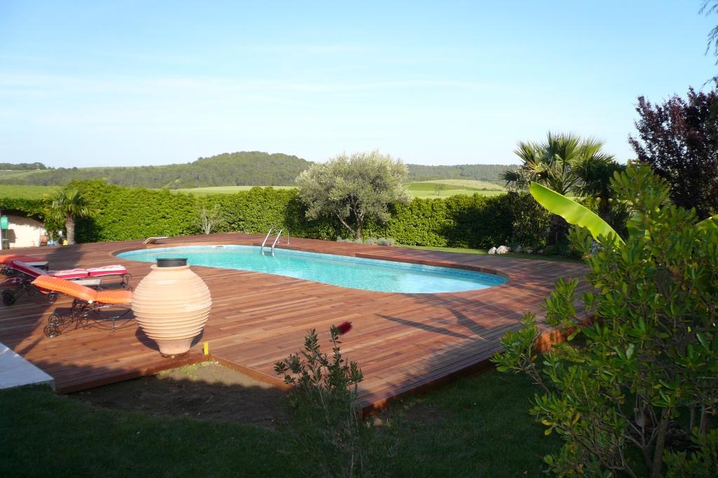 Terrasse de piscine en Merbau visserie cachée avec margelle intégrée_couv